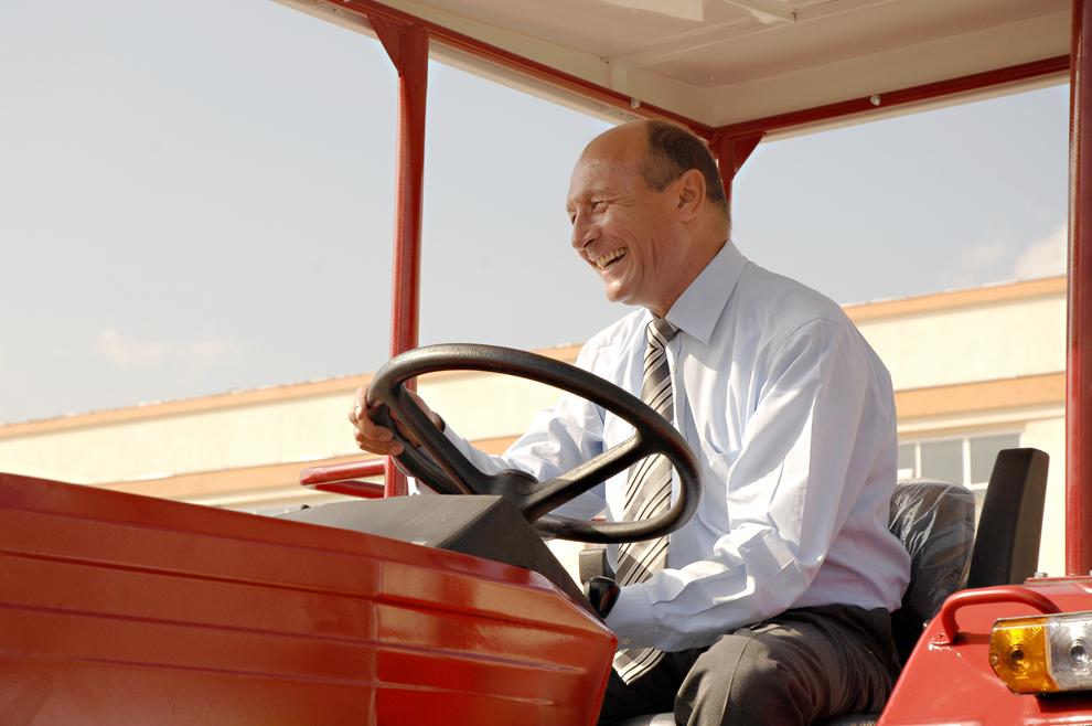 Preşedintele Traian Băsescu este aşezat la volanul unui tractor Universal U650 produs la uzina Roman, în Braşov, vineri, 14 august 2009. Preşedintelui i-au fost prezentate cele 35 de tractoare fabricate pentru Egipt cu ocazia unei vizite la uzina Roman, dar şi ultimele modele de autocare produse la această fabrică, el urcând la volanului unuia dintre ele.