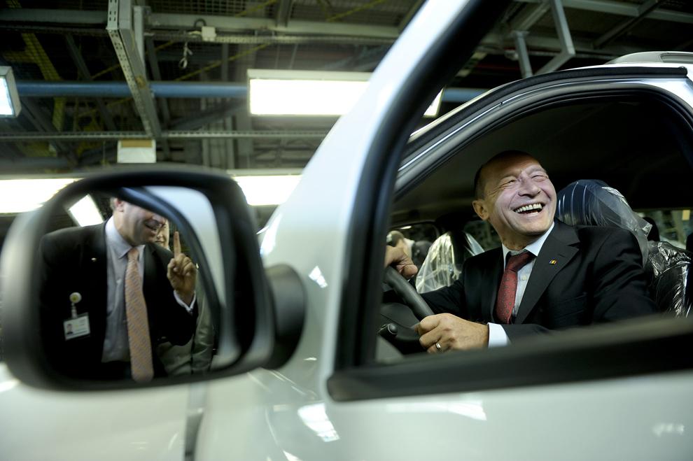Traian Băsescu efectuează o vizită la Uzina Dacia, în Mioveni, miercuri, 4 noiembrie 2009.
