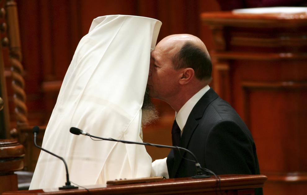 Preşedintele Traian Băsescu (D) este felicitat de către Patriarhul Daniel, după depunerea jurământului în faţă Parlamentului, pentru al doilea mandat de cinci ani la Cotroceni, în Bucureşti, luni, 21 decembrie 2009.