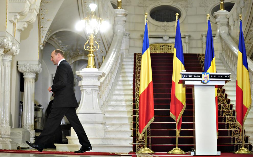 Preşedintele României, Traian Băsescu, pleacă după ce a făcut declaraţii de presă după consultările cu PSD, PC şi PNL, la Palatul Cotroceni din Bucureşti, marţi, 16 martie 2010.