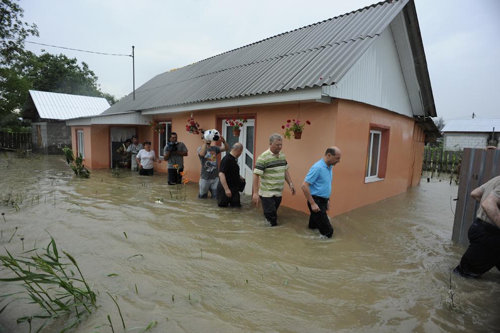 Preşedintele Traian Băsescu efectuează o vizită în Săuceşti, judeţul Bacău, localitate afectată de inundaţii, sâmbătă, 3 iulie 2010.