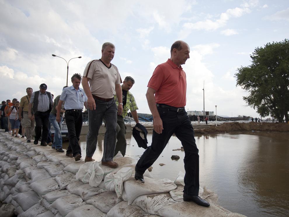 Preşedintele României, Traian Băsescu (D) efectuează o vizită pentru a verifica digul construit pentru protecţia oraşului Galaţi, miercuri, 7 iulie 2010.