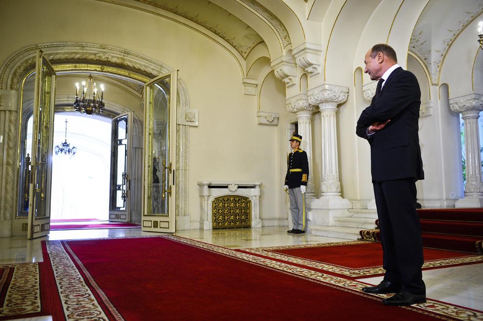 Preşedintele României, Traian Băsescu, îl aşteaptă pe preşedintele Comisiei Europene, Jose Manuel Barroso (nu este prezent în fotografie), la Palatul Cotroceni, în Bucureşti, luni, 8 noiembrie 2010.