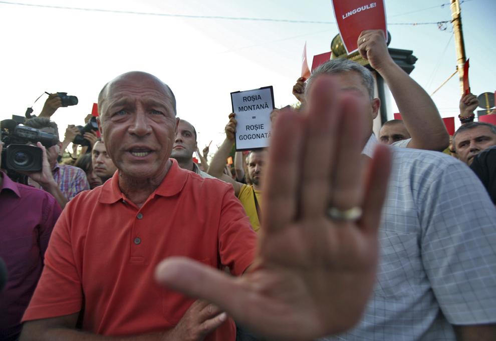 Traian Băsescu discută cu participanţii la un flashmob organizat de Asociaţia Bucureşti adresat preşedintelui, faţă de atitudinea provocatoare a preşedintelui în cazul Roşia Montană, prin susţinerea fără fundament a planului firmei canadiene Gold Corporation de a începe un proiect minier pe bază de cianuri, în Bucureşti, marţi 30 august 2011.