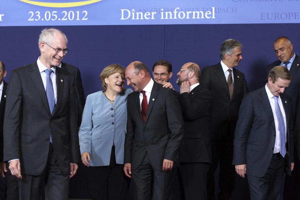 Cancelarul german, Angela Merkel (CS) discută cu preşedintele Traian Băsescu (CD) în prezenţa preşedintelui Consiliului European, Herman Van Rompuy (S), înaintea fotografiei de familie, la reuniunea Consiliului European informal de la Bruxelles, miercuri, 23 mai 2012.