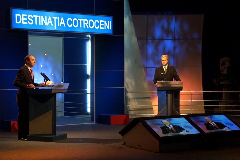 Candidaţii la Preşedinţia României, Adrian Năstase din partea Uniunii PSD+PUR şi Traian Băsescu din partea Alianţei D.A. PNL-PD au participat, miercuri seară, la o emisiune electorală, găzduită de postul public de televiziune, 9 decembrie 2004.