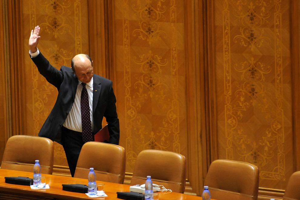 Preşedintele Traian Băsescu salută parlamentarii şi senatorii, la finalul unui discurs susţinut în plenul Parlamentului în Bucureşti, joi, 5 iulie 2012. Preşedintele Traian Băsescu a participat la şedinţa Parlamentului în care s-a dat citire solicitării USL de suspendare a sa, cererea urmând a fi trimisă Curţii Constituţionale spre avizare.