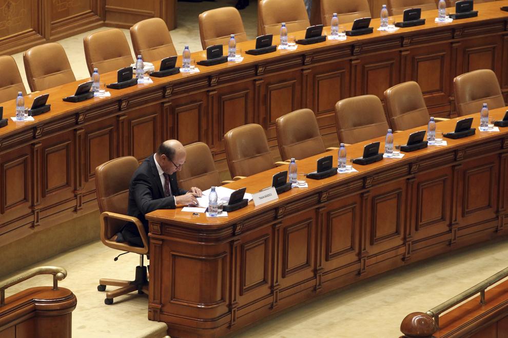 Preşedintele României, Traian Băsescu, îşi ia notiţe în timpul şedinţei Plenului reunit pentru dezbaterea şi votul asupra cererii de suspendare din funcţie a preşedintelui, în Bucureşti, vineri, 6 iulie 2012.