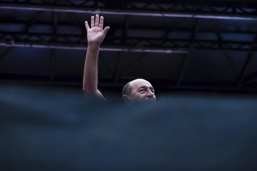 Preşedintele suspendat al României, Traian Băsescu, cere românilor să boicoteze referenumul pentru demiterea preşedintelui în timpul unui miting organizat de Partidul Democrat Liberal, în Piaţa Revoluţiei din Bucureşti, joi, 26 iulie 2012.