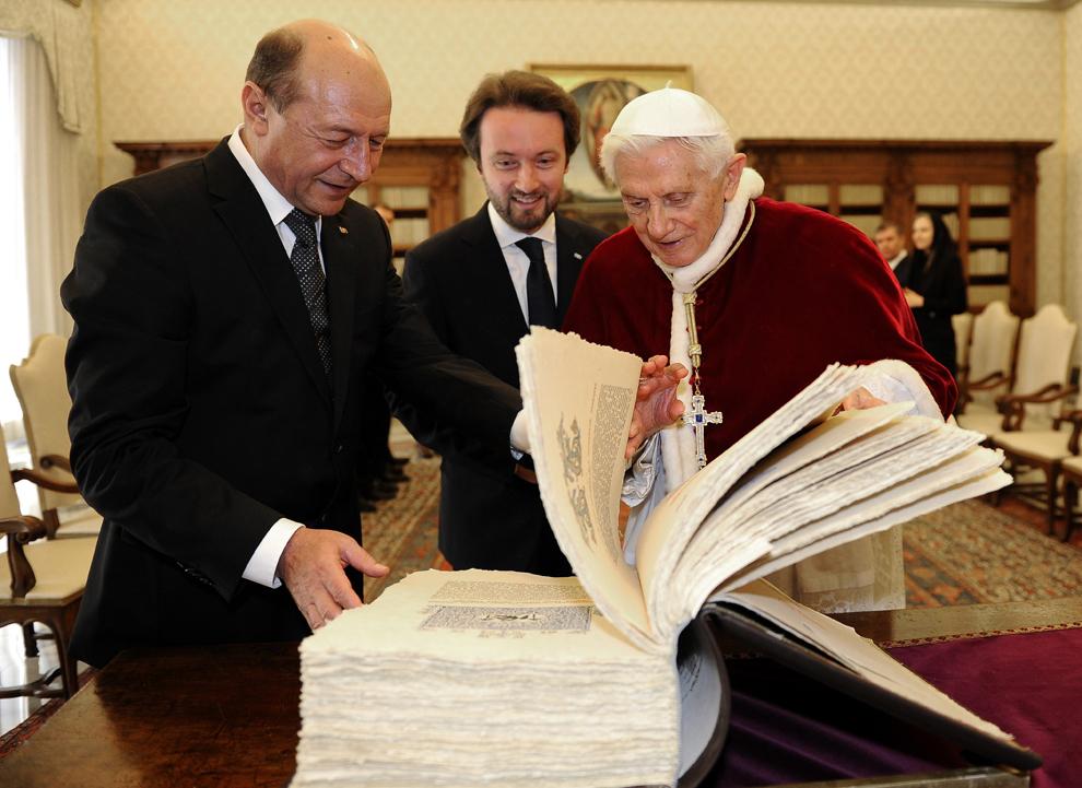 Papa Benedict al XVI-lea (D) schimbă daruri cu preşedintele României, Traian Băsescu (S) în timpul audienţei private desfăşurată în biblioteca personală a suveranului pontif, la Vatican, 15 februarie 2013.
