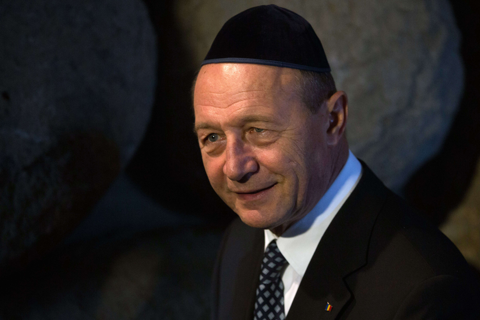 Preşedintele român Traian Băsescu depune o coroană de flori la Sala Memorialului, la 20 ianuarie 2014, în timpul vizitei sale la Muzeului Holocaustului Yad Vashem Memorial din Ierusalim.