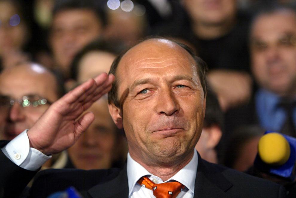 Candidatul opoziţiei la preşedinţie Traian Basescu, în aşteptarea rezultatelor alegerilor prezidenţiale din 12 decembrie 2004, în Bucureşti.