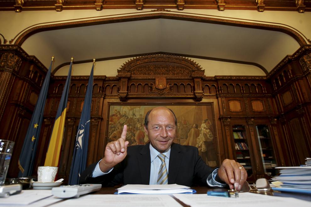 Preşedintele Traian Băsescu fotografiat în biroul său de la Palatul Cotroceni, 12 septembrie 2005.
