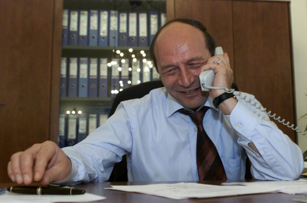 Preşedintele ales al României Traian Băsescu a fost felicitat, miercuri, 15 decembrie 2004, pentru câştigarea alegerilor, de către omologul său american George W. Bush într-o convorbire telefonică.