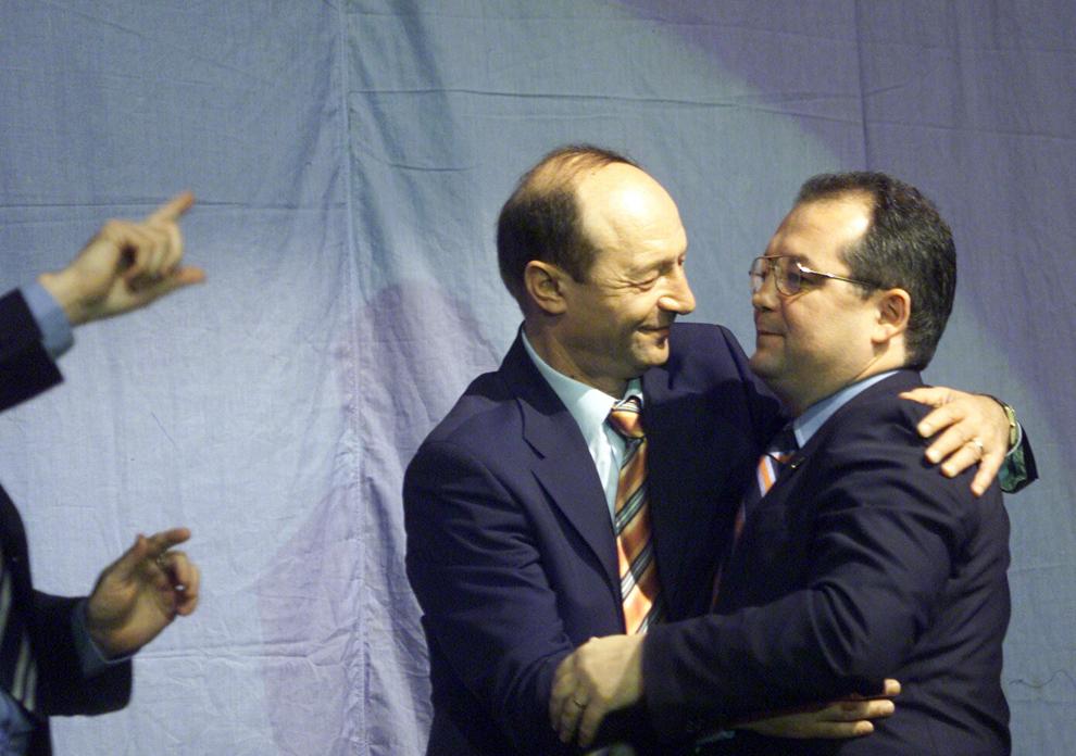 Preşedintele ales al României Traian Băsescu (S) s-a retras, sîmbătă, 18 decembrie 2004, din Partidul Democrat, delegându-şi toate atribuţiile preşedintelui executiv al formaţiunii, Emil Boc (D), care va asigura interimatul la conducerea PD până la Convenţia Naţională din mai 2005.