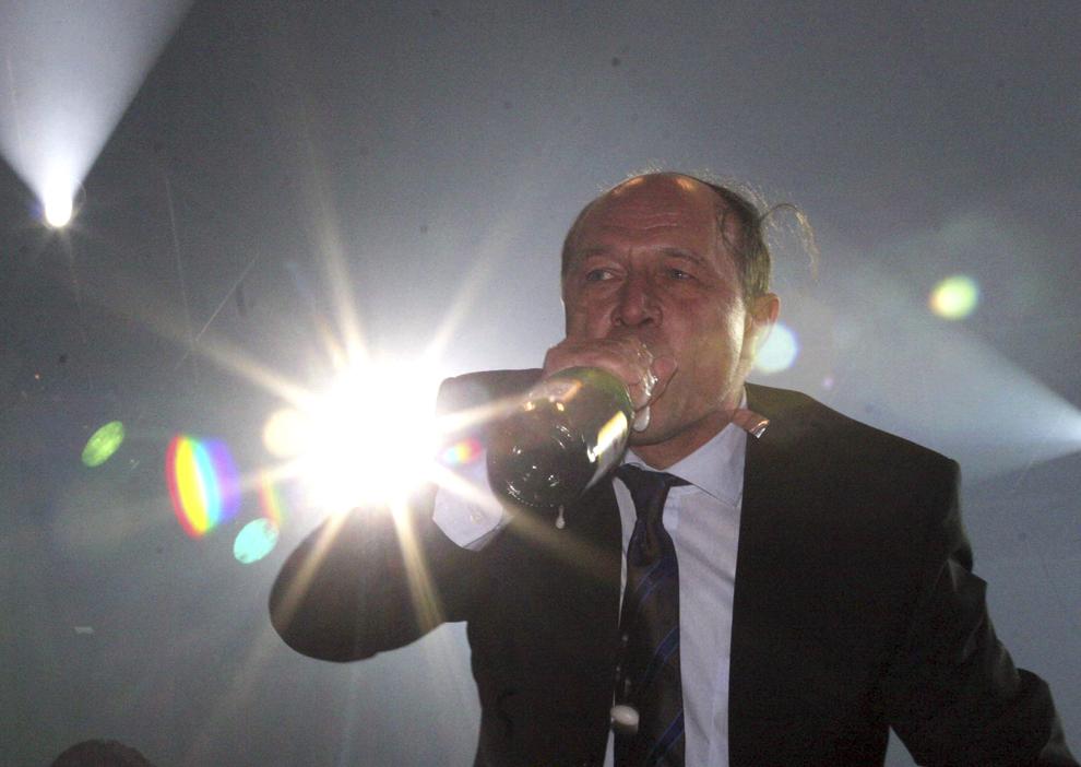 Preşedintele României Traian Băsescu a întâmpinat noul an alături de câteva mii de bucureşteni care au ales pentru petrecerea revelionului 2004-2005 Piaţa Universităţii, 1 ianuarie 2005.