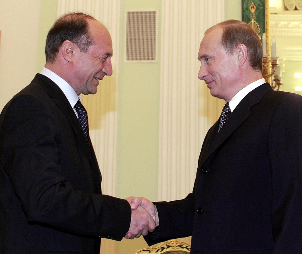 Preşedintele rus Vladimir Putin strânge mâna preşedintelui român Traian Băsescu, la Kremlin, în Moscova, 14 februarie 2005.