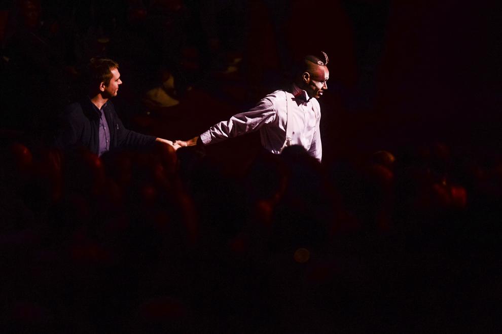 """Un artist al companiei Cirque du Soleil conduce un spectator la locul acestuia, in timpul spectacolului """"Quidam"""", la complexul Romexpo din Bucuresti, joi, 29 ianuarie 2015."""