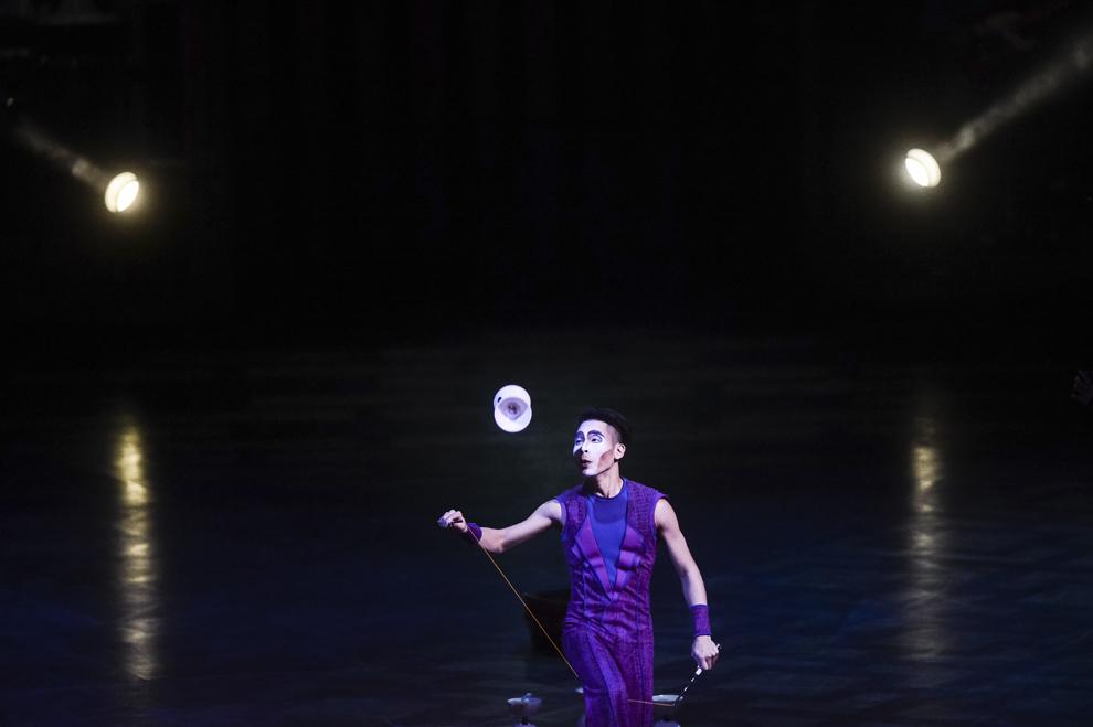 """Un artist al companiei Cirque du Soleil evolueaza in timpul spectacolului """"Quidam"""", la complexul Romexpo din Bucuresti, joi, 29 ianuarie 2015."""