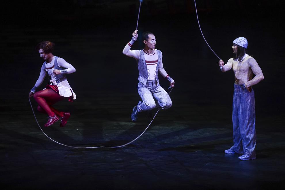 """Artisti ai companiei Cirque du Soleil evolueaza in timpul spectacolului """"Quidam"""", la complexul Romexpo din Bucuresti, joi, 29 ianuarie 2015."""