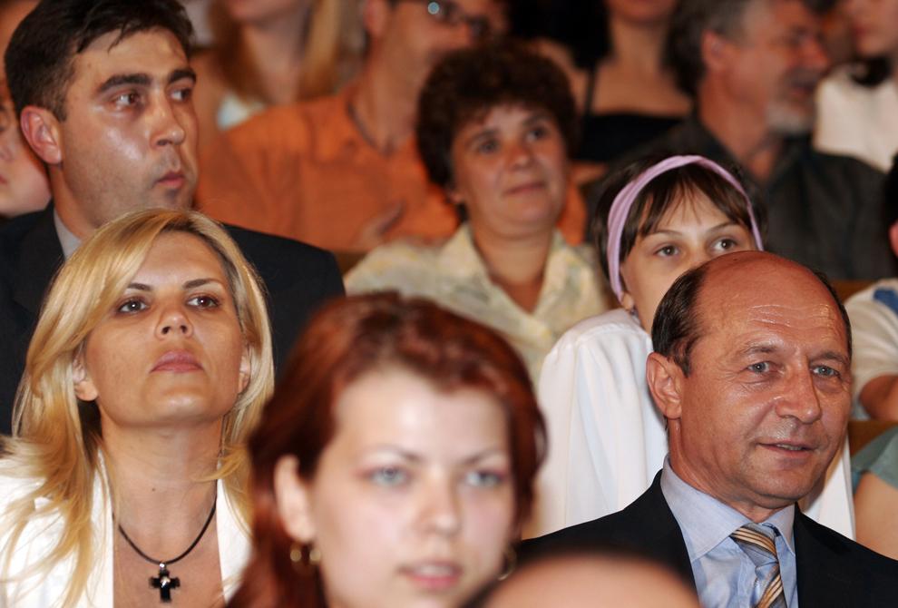 Unii dintre cei mai buni tineri din arte, stiinta, economie, sport si mass-media au fost premiati luni, la cea de-a treia editie a Superlativelor Tineretii, unde presedintele Traian Basescu (foto) a decernat premiul la categoria jurnalism unei reviste speciale, pentru nevazatori, 21 Iunie 2005.