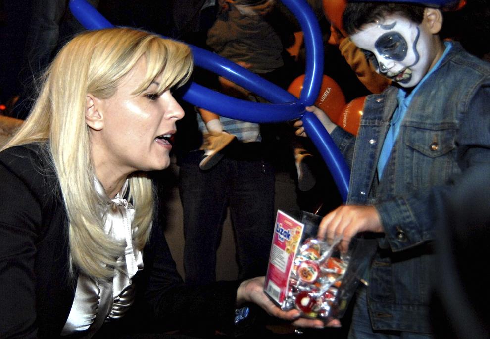 Elena Udrea ofera bomboane unui copil, la intalnirea cu simpatizantii sai, in parcul Moghioros din Bucuresti, vineri, 31 octombrie 2008.