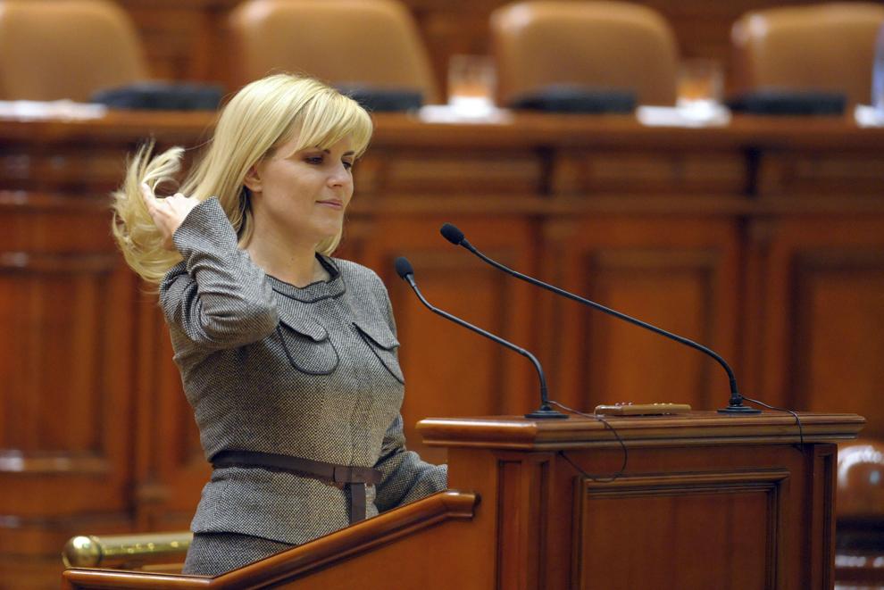 Elena Udrea depune jurmamantului de onoare, in urma validarii de catre forul legislativ a mandatelor castigate la alegerile din 30 noiembrie, la Camera Deputatilor, vineri, 19 decembrie 2008.