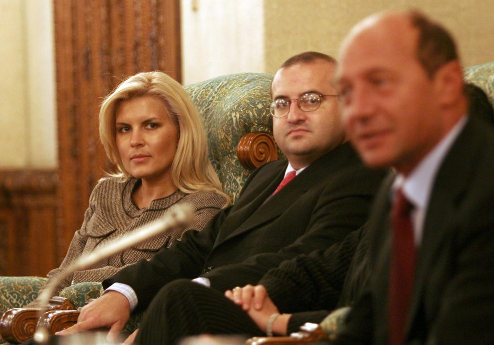Presedintele Traian Basescu s-a intilnit, marti, cu cei 35 de euro-parlamentari care vor reprezenta interesele Romaniei in Parlamentul European. In imagine, Elena Udrea, Claudiu Saftoiu si Traian Basescu, 20 septembrie 2005.