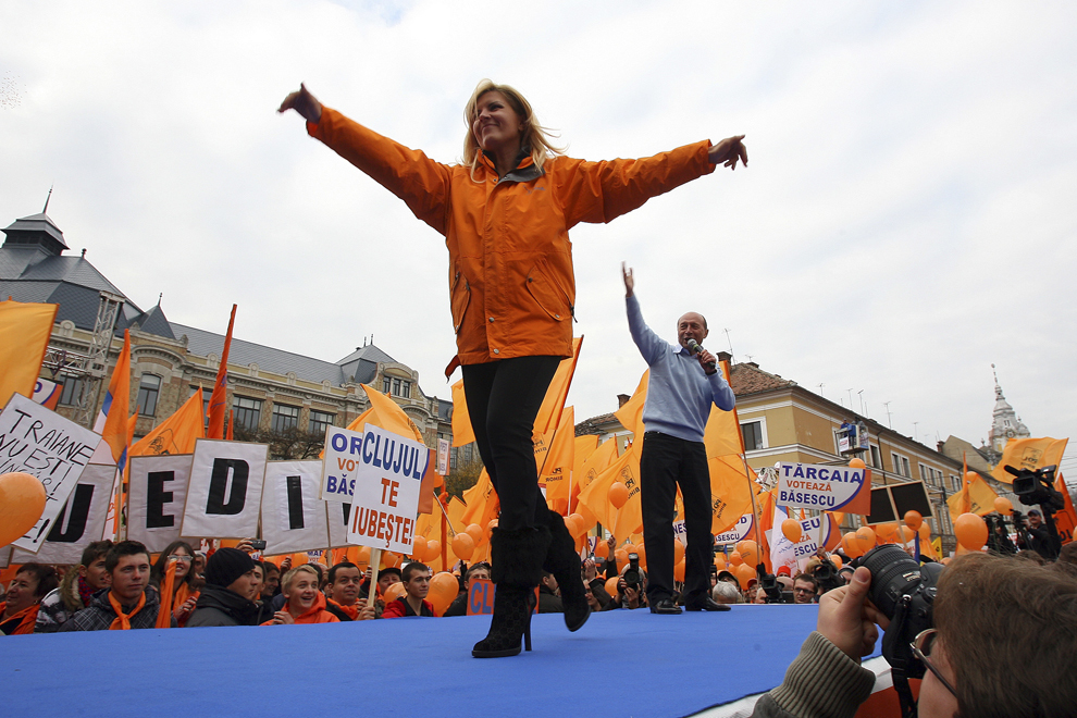 Elena Udrea participa alaturi de Traian Basescu (D) la un miting electoral, in Cluj-Napoca, sambata, 14 noiembrie 2009.