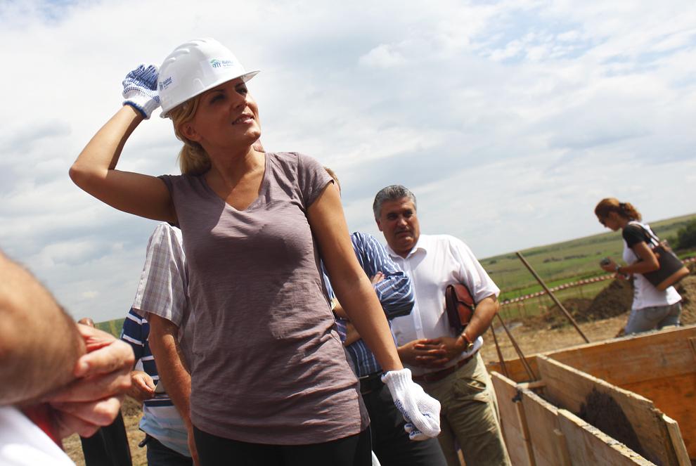 Ministrul Dezvoltarii Regionale si Turismului, Elena Udrea, participa la inceperea lucrarilor de reconstructie dupa inundatiile din 2010, pe santierul Habitat for Humanity Romania, in localitatea Dorohoi, joi, 19 august 2010.