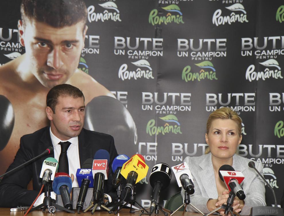 Elena Udrea si Lucian Bute sustin o conferinta de presa, in Bucuresti, vineri, 8 aprilie 2011. Pugilistul Lucian Bute a anuntat ca urmatorul meci pentru titlul mondial la categoria supermijlocie, versiunea IBF, il va sustine in 9 iulie, in Romania, 8 Aprilie 2011.