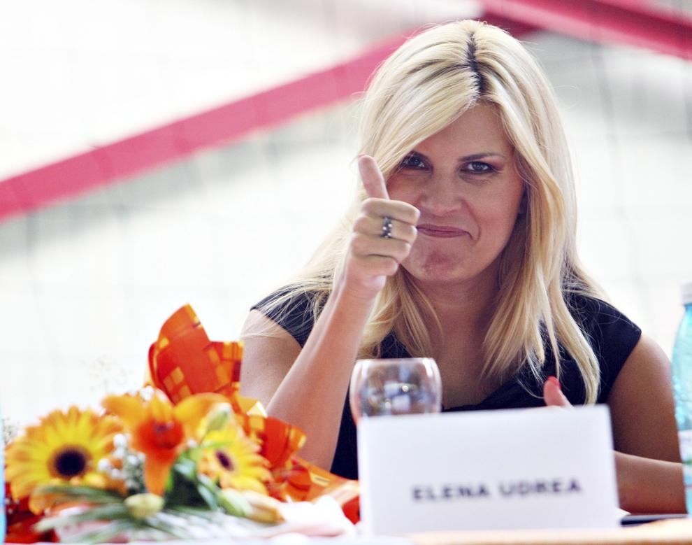 Elena Udrea multumeste tinerilor PDL-isti, in timpul unei conferinte de presa sustinuta la Valea lui Liman, Timis, vineri, 26 august 2011. Ministrul Dezvoltarii si Turismului, Elena Udrea, a participat la deschiderea scolii de vara a Organizatiei de Tineret a PDL.