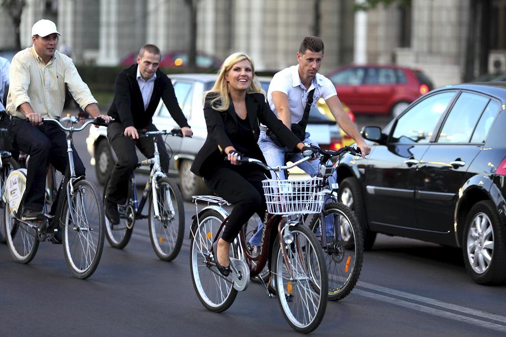 Ministrul Dezvoltarii si Turismului, Elena Udrea, participa pe bicicleta la marsul biciclistilor, in Bucuresti, joi, 22 septembrie 2011. Cu ocazia Zilei Europene Fara Masini, Elena Udrea si angajatii din Ministerul Turismului au renuntat la masini în favoarea bicicletelor.