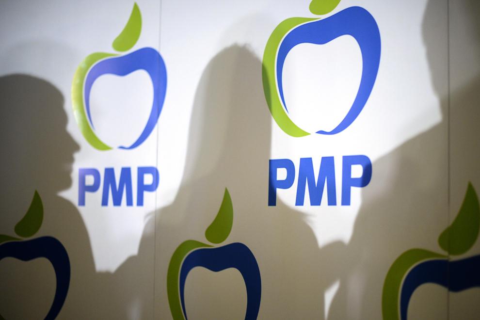 Silueta Elenei Udrea (C) este proiectata pe un afis, dupa ce a participat la sedinta Colegiului National al Partidului Miscarea Populara (PMP), la Palatul Parlamentului, in Bucuresti, luni, 17 februarie 2014.