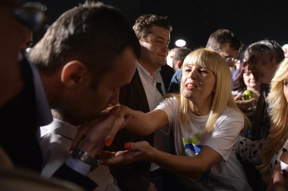 Un barbat saruta mana Elenei Udrea, in timpul unui flashmob in care Partidul Miscarea Populara si-a lansat candidatii la alegerile Europarlamentare, in centrul vechi din Bucuresti, vineri, 4 aprilie 2014.