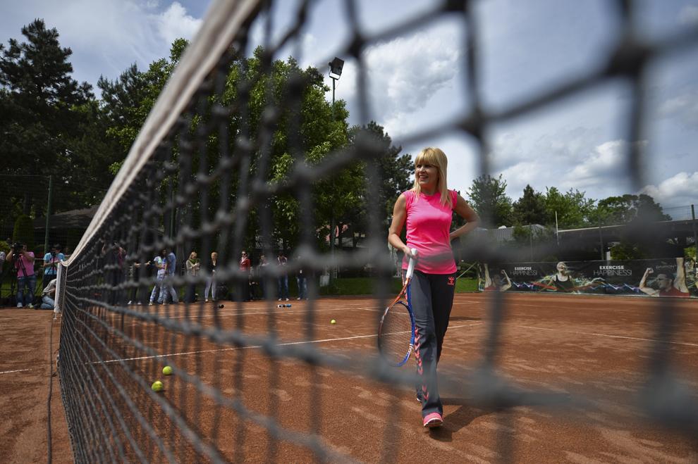 Elena Udrea returneaza mingea Ruxandrei Dragomir, in timpul unui meci de tenis demonstrativ, desfasurat in cadrul actiunii de sustinere a candidaturii pentru functia de senator a Ruxandrei Dragomir, in colegiul 8 din sectorul 4, organizata de Partidul Miscarea Populara (PMP), in Bucuresti, marti, 13 mai 2014.