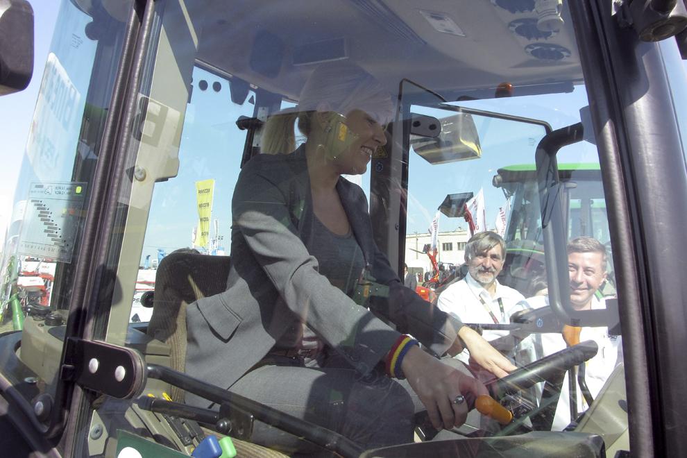 Presedintele Partidului Miscarea Populara (PMP), Elena Udrea, s-a urcat la volanul unui unei combine, in timpul unei vizite la târgul de masini agricole din localitatea Miroslava, vineri, 19 septembrie 2014.