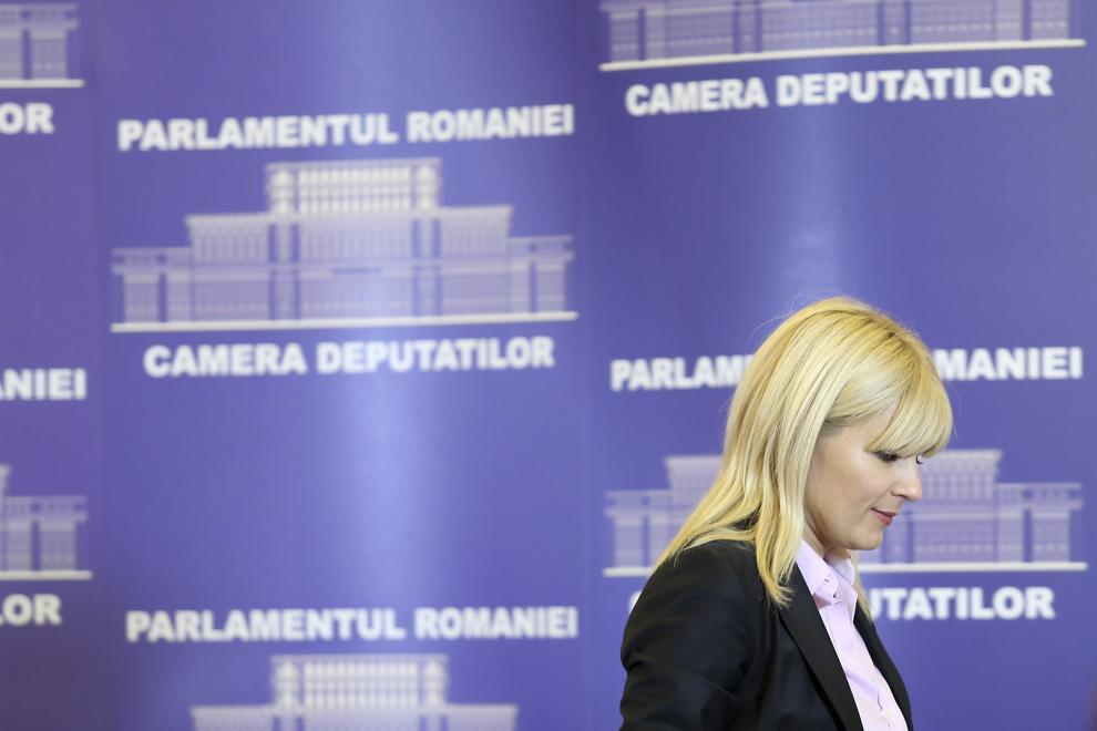 """Deputatul Elena Udrea iese din sala in care a facut o declaratie de presa, in Bucuresti, luni, 2 februarie 2015. Directia Nationala Anticoruptie (DNA) a cerut aviz de la Parlament pentru urmarirea penala a deputatului Elena Udrea, fost ministru al Dezvoltarii, si a senatorului Ion Ariton, fost ministru al Economiei, în dosarul """"Gala Bute"""", în care sunt suspectati de fapte de coruptie."""