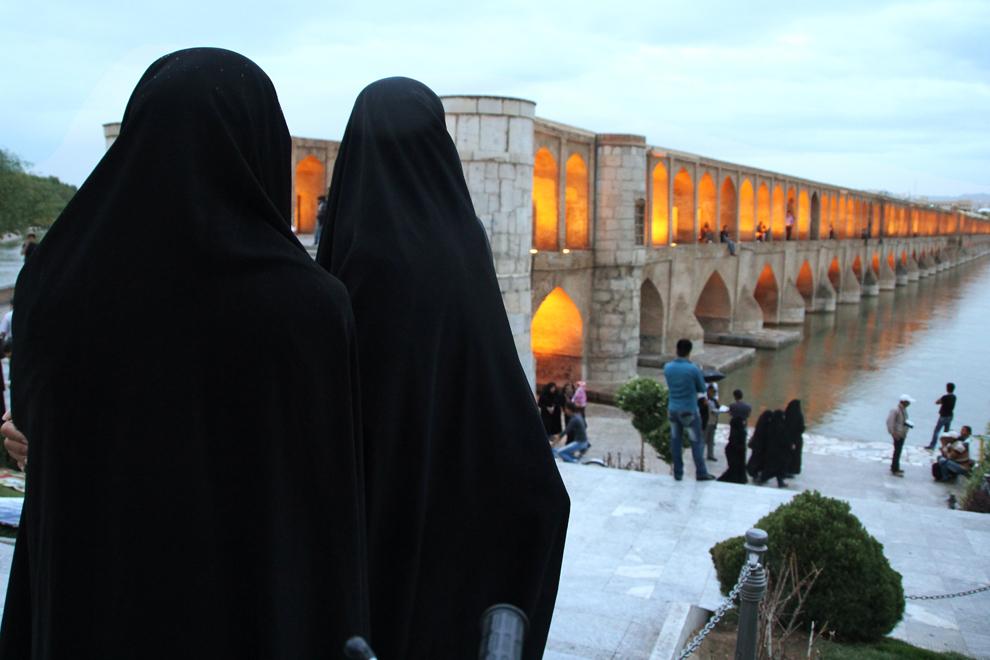Podul Khaju din Esfahan a fost construit de Shah Abbas II în 1650, are două niveluri, 123 de metri, 24 de arcade şi ecluze şi reprezintă unul din locurile preferate de promenadă ale tinerilor din Esfahan. Este unul din cele patru poduri străvechi ridicate peste râul Zayande, care izvorăşte în Munţii Zagros şi traversează Esfahanul de la vest spre est, până în Deşertul Kavir.