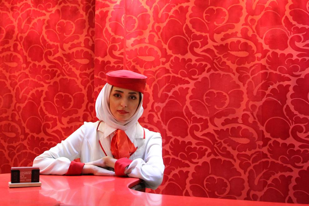O recepţioneră dintr-unul dintre cele mai bine cotate hoteluri din Teheran priveşte către aparatul de fotografiat.