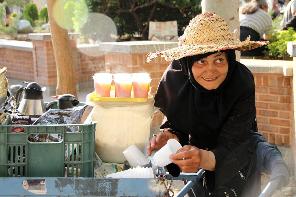 O vânzătoare ambulantă vinde ceai pe o stradă din Teheran. Ceaiul cald este la ordinea zilei pe străzile din Teheran, uneori fiind oferit turiştilor gratuit.