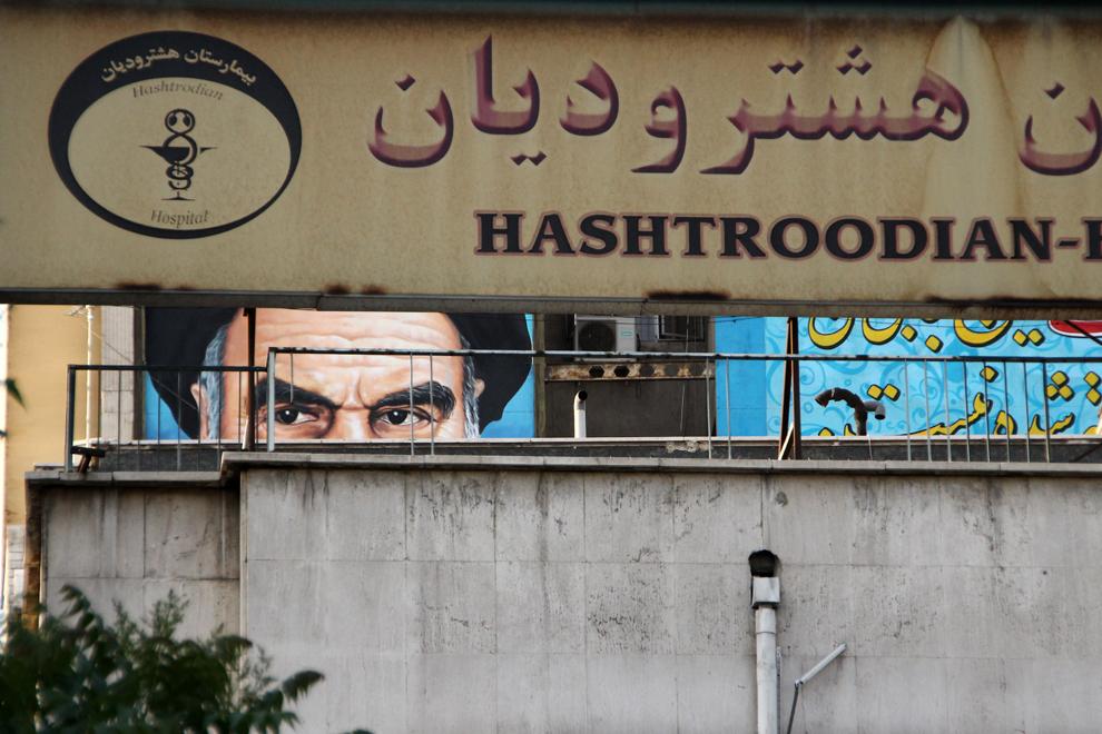 Privirea Imamului Khomeini, fondatorul Republicii Islamice Iran, se zăreşte de pe o pictură murală plasată pe o clădire din capitala statului, Teheran.
