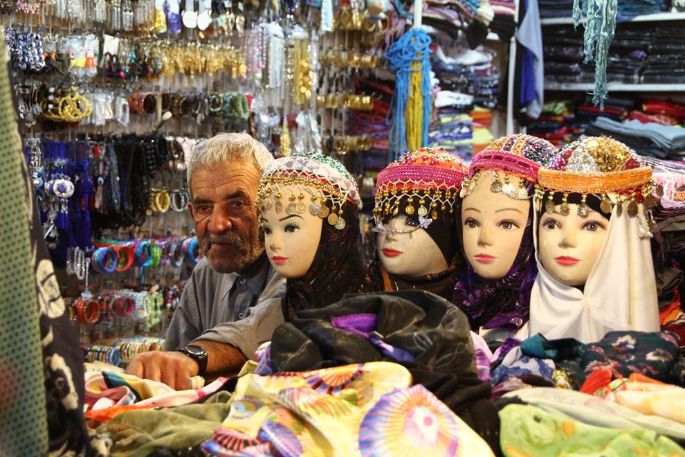 """""""Hijab""""-ul, voalul cu care işi acoperă părul femeile iraniene, poate avea diverse coloristici, la fel ca şi fardurile cu care se machiază tinerele din Iran."""