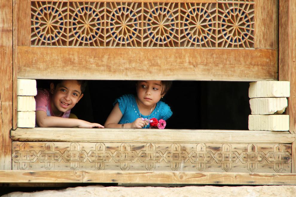 Doi copii se joacă în Bagh-e Naranjestan, Gradina cu portocali sau Gradina Edenului, din oraşul Shiraz, situat la o altitudine de 1600 de metri şi cunoscut în Iran drept Oraşul Grădinilor şi Oraşul Poeţilor.
