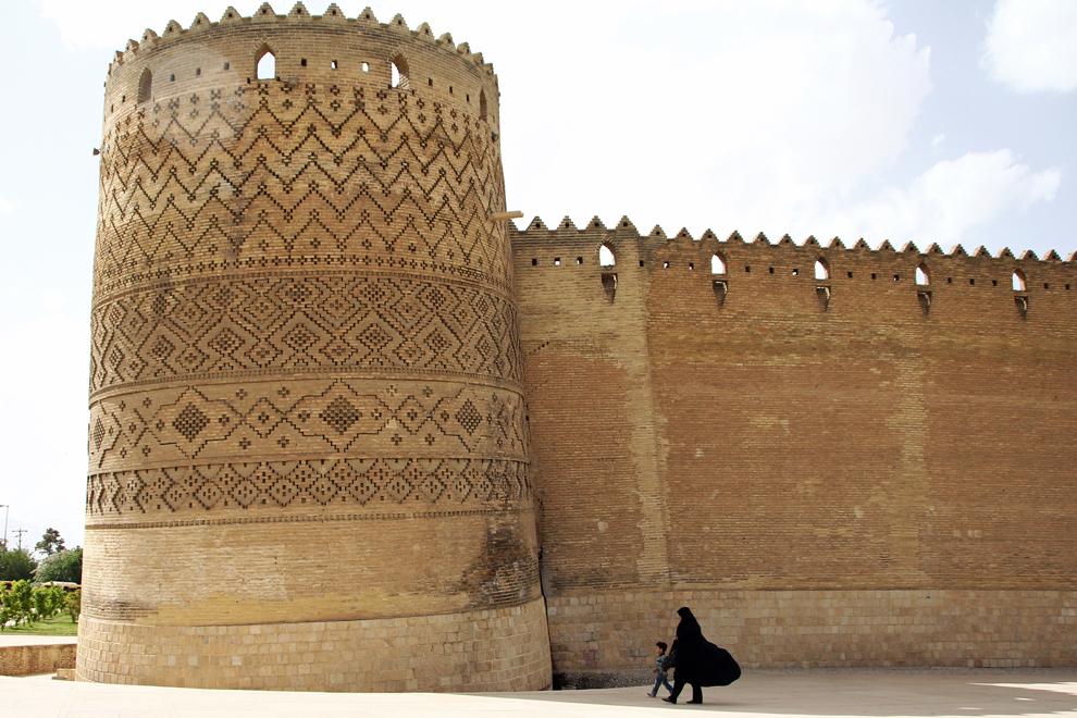 """""""Turnul Pisa"""" al citadelei Arg-e Karim Khan din Shiraz, reşedinta lui Karim Khan, conducătorul Persiei şi fondatorul Dinastiei Zand, s-a înclinat treptat în ultimii 200 de ani."""