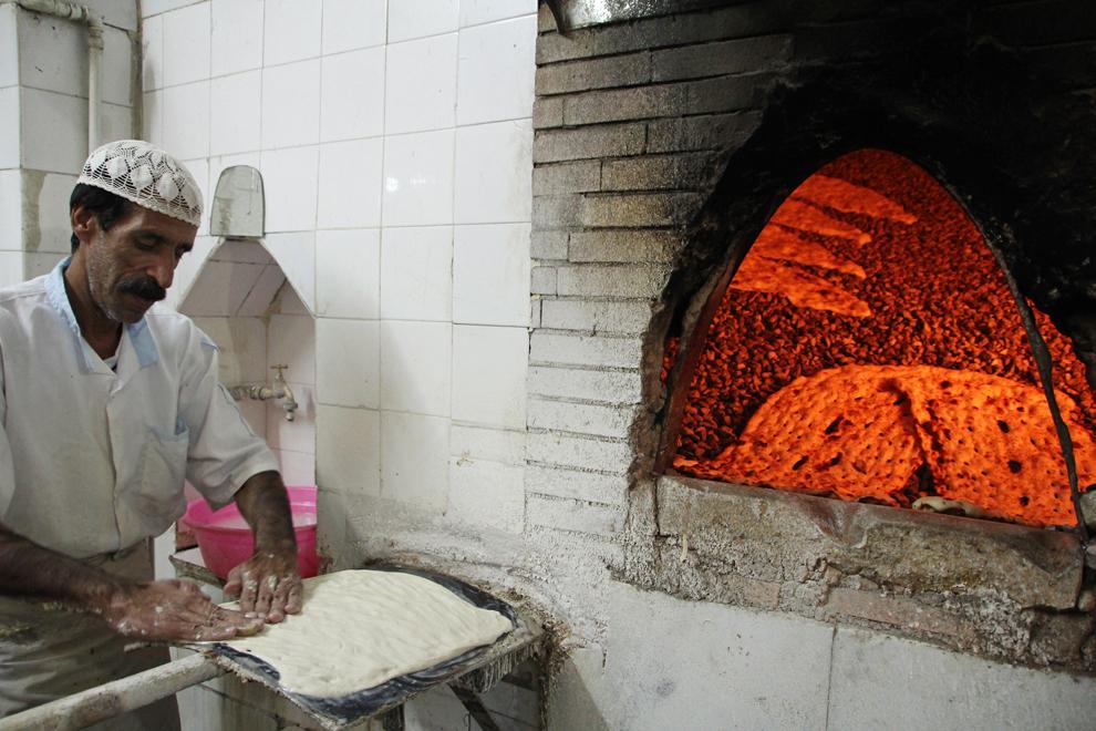 Prepararea pâinii se face în acelaşi mod de generaţii, într-un cuptor cu pietre, şi se spune că a fost inventată de plurivalentul învăţat Sheikh e-Bahaei, fondatorul Şcolii Islamice de Filosofie din Esfahan, în urmă cu circa 400 de ani.