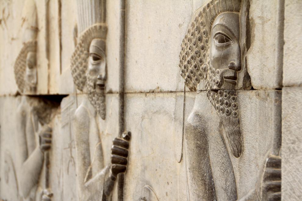 Basorelief din Persepolis, capitala antică a Persiei, înfăţişând soldaţii lui Darius la ridicarea edificiului monumental, în jurul anului 515 i.H. Peste 200 de ani avea să fie cucerită şi distrusă de armatele lui Alexandru Macedon.