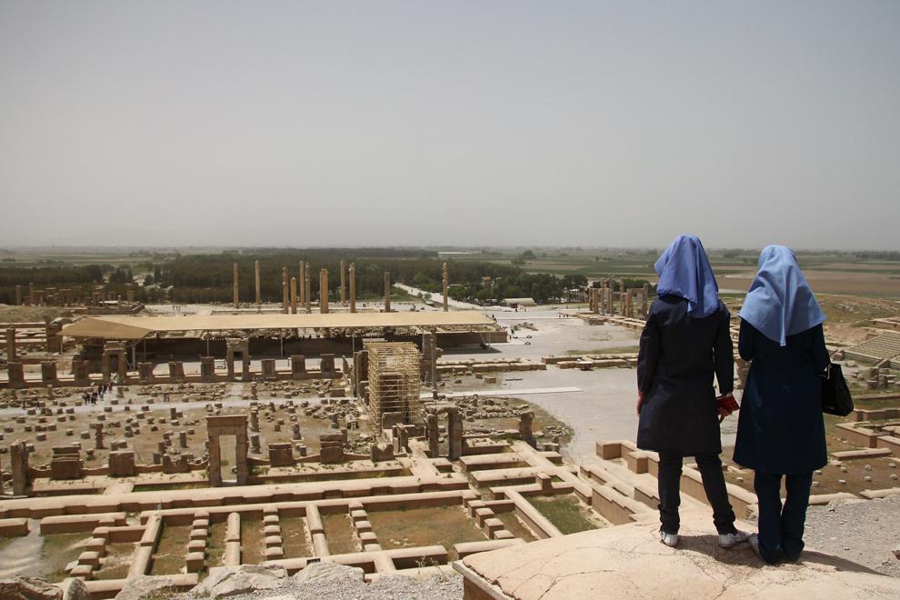 Perspectivă asupra ruinelor oraşului Persepolis, capitala Imperiului Ahemenid. Aflat în prezent la 70 de km de Shiraz, se întinde pe o suprafată de circa 125.000 de metri pătraţi şi a fost introdus în patrimoniul universal UNESCO în anul 1979.
