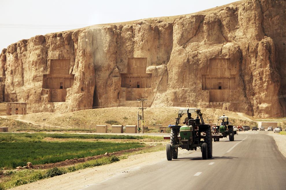 Naqsh-e Rustam, un fel de Vale a Regilor persani, aflată la circa 12 km de Persepolis, este un loc sacru unde sunt înmormântaţi Darius cel Mare şi succesorii săi. Mormintele sunt tăiate în stâncă şi amplasate la înălţime. Cel mai vechi basorelief are o vechime de circa 3000 de ani.