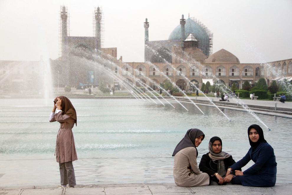 """Piaţa Regală din Esfahan - """"Maidan e-Shah"""", actuala Piaţă Imam Khomeini, are denumirea străveche de """"Maidan e-Naqsh-e-Jahan"""", ceea ce înseamnă Piaţa Imaginii Lumii. Este una dintre cele mai mari pieţe din lume - aproape 90.000 m2 (160 metri lăţime pe 508 metri lungime) - şi este introdusă în patrimoniul UNESCO. A fost construită de Abbas cel Mare între 1598 şi 1629.  Esfahan este unul dintre cele mai vechi oraşe din Iran, fiind a treia aşezare urbană ca mărime din ţară."""